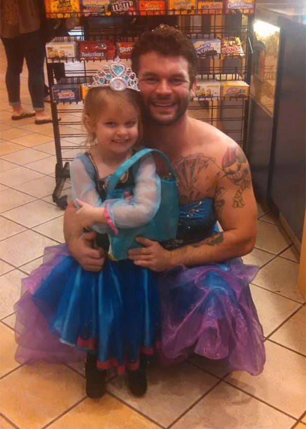 este hombre se disfrazo de princesa para a compañar a su sobrina al cine 1