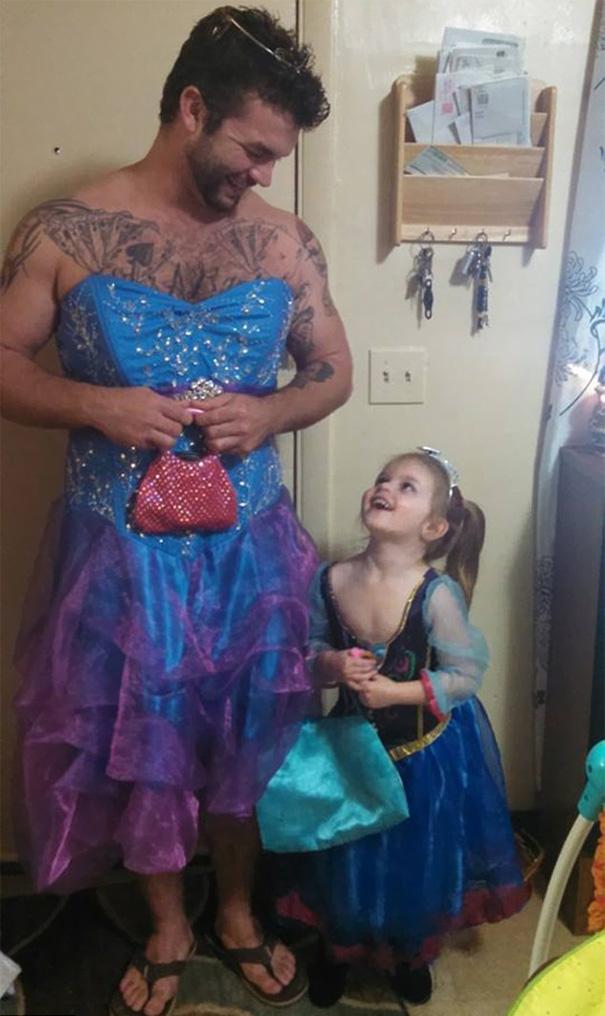 este hombre se disfrazo de princesa para a compañar a su sobrina al cine 3