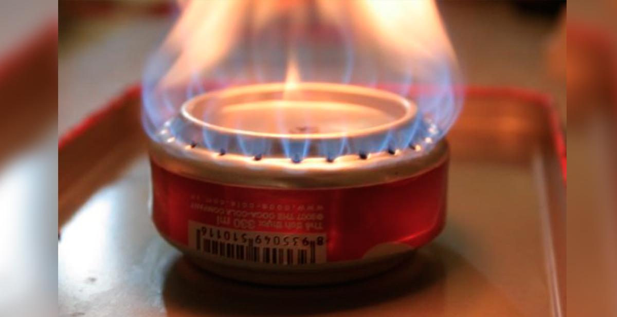 mini cocina casera con dos latas y alcohol de quemar