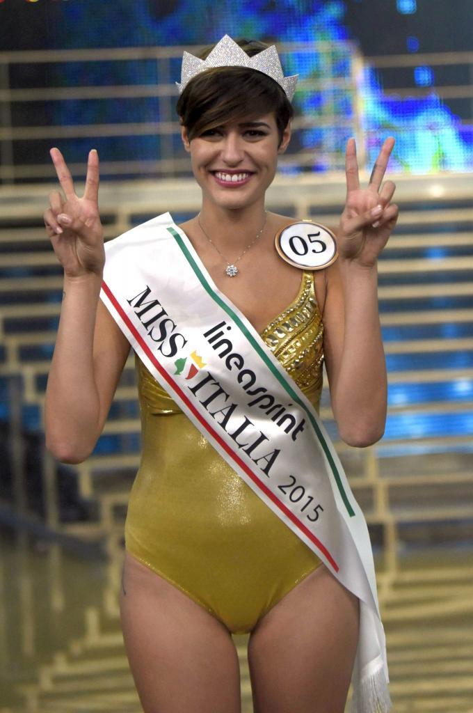AQW45. Jesolo (Italy), 21/09/2015.- Participant Alice Sabatini smiles after being crowned Miss Italy 2015 at the beauty pageant in Jesolo, Italy, 20 September 2015. (Italia) EFE/EPA/RICCARDO DALLE LUCHE