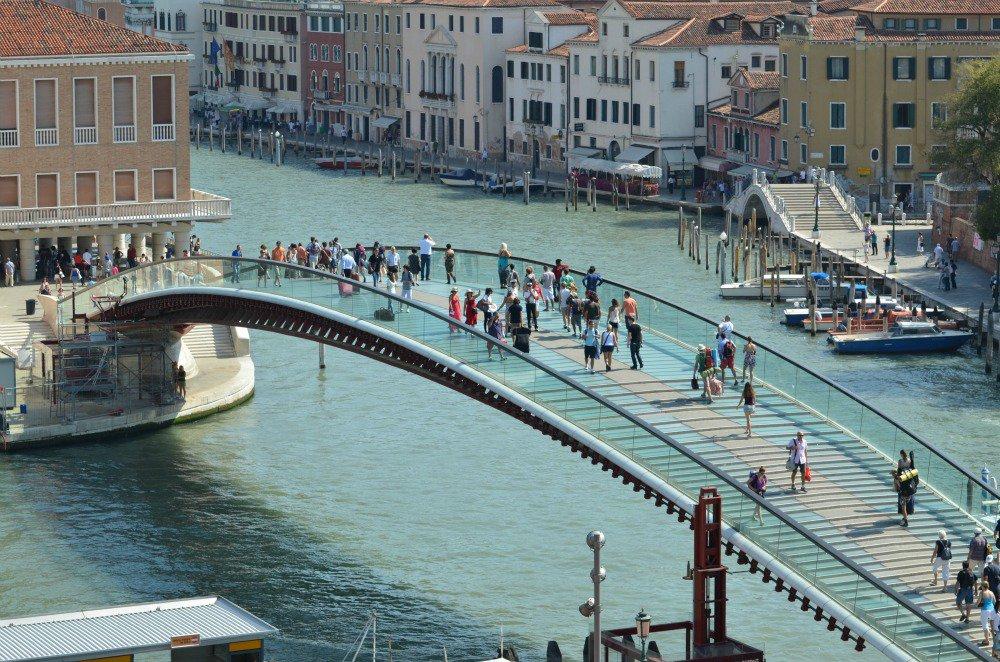 Puente de la Constitución de Calatrava, situado sobre el Gran Canal de Venecia, que comunica la Piazzale Roma con la estación de Sta. Lucía.