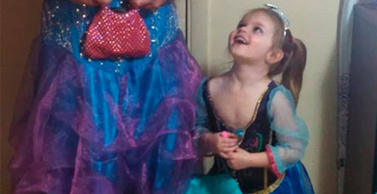 se difraza de princesa disney para acompañar a su sobrina a ver la cenicienta