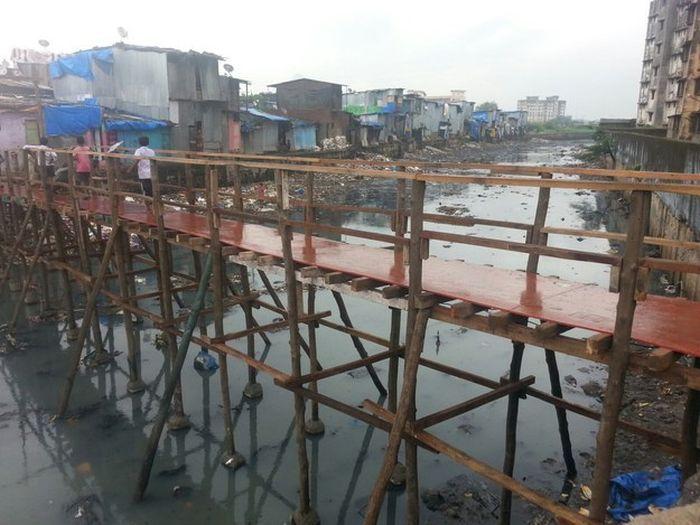 construye un puente de madera para los mas necesitados en bombay 3