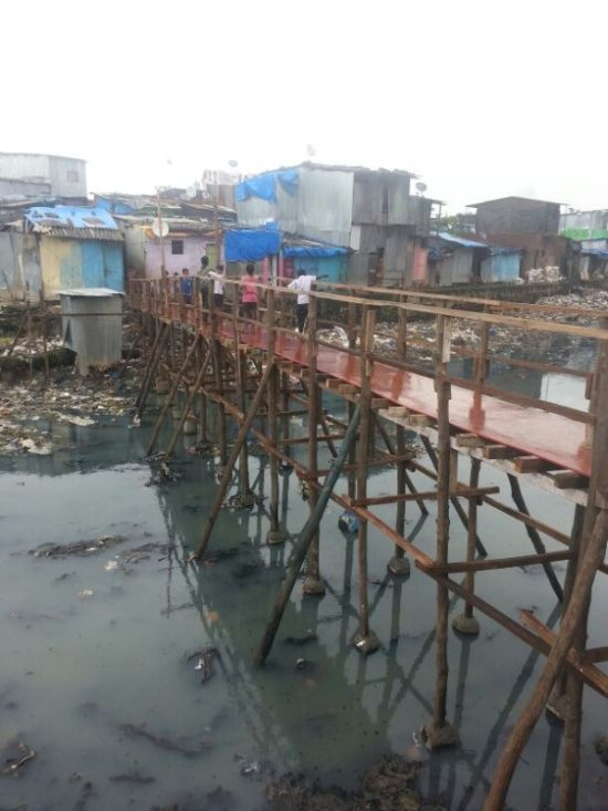 construye un puente de madera para los mas necesitados en bombay 4