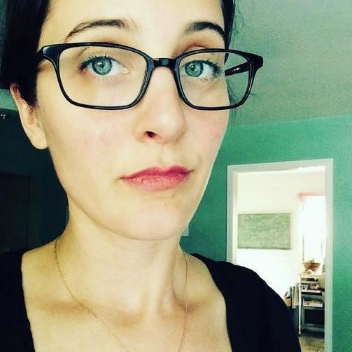 """""""Hola, soy Emily Bingham y os voy a decir lo que pienso de los cansinos de las preguntitas"""""""
