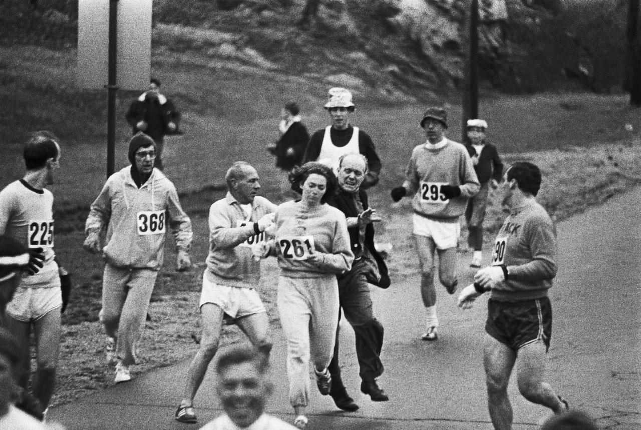 Esta imagen de Jock Semple intentando quitarle el dorsal a Kathrine dio la vuelta al mundo