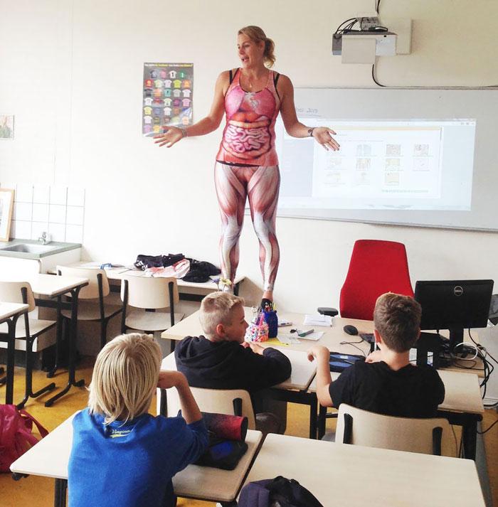 la profesora que enseñaba las partes del cuerpo humano con mallas de lycra 1