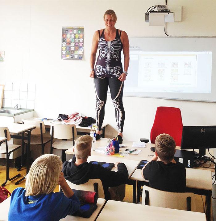 la profesora que enseñaba las partes del cuerpo humano con mallas de lycra 2