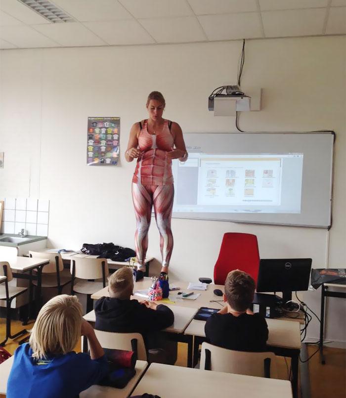 la profesora que enseñaba las partes del cuerpo humano con mallas de lycra 4