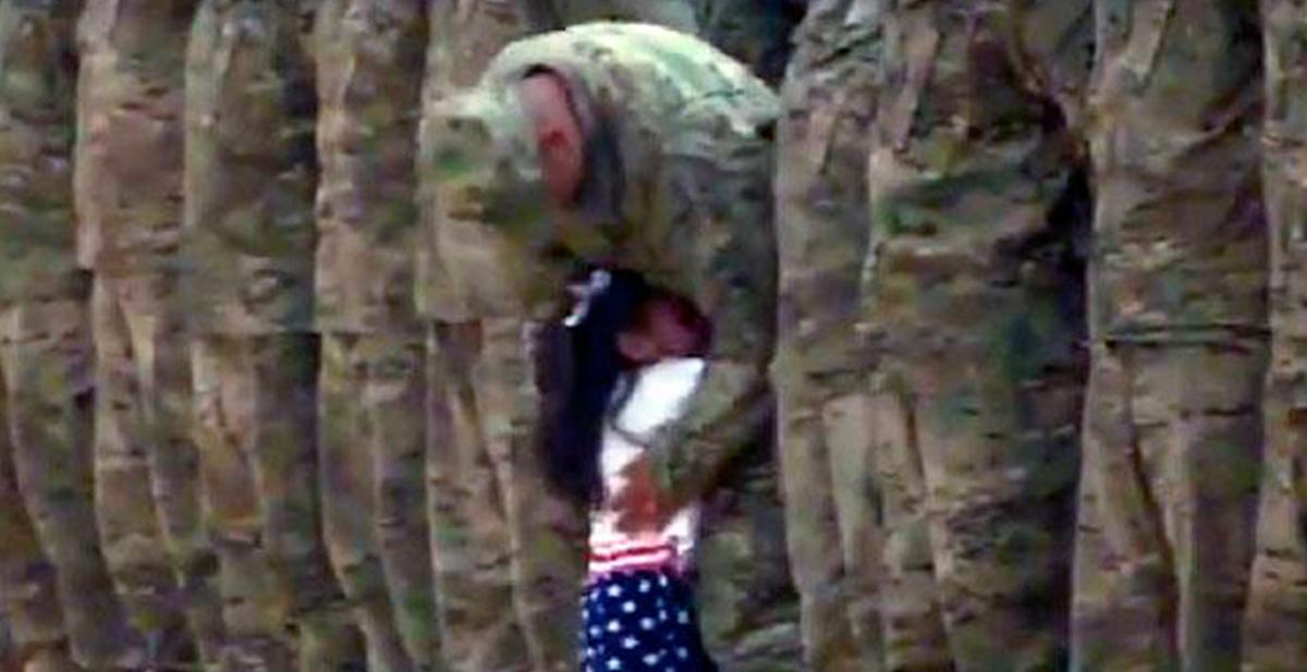 pequeña abraza a su padre militar despues de 9 meses de mision en kuwait