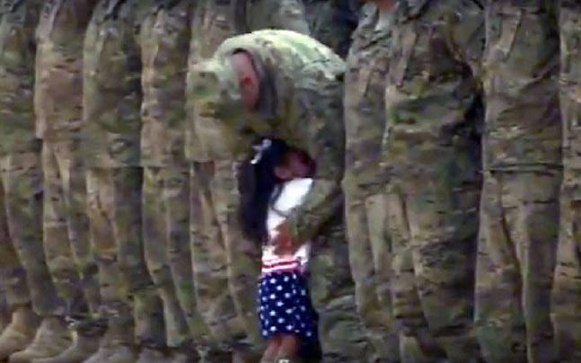 pequeña abraza a su padre militar despues de 9 meses sin verlo