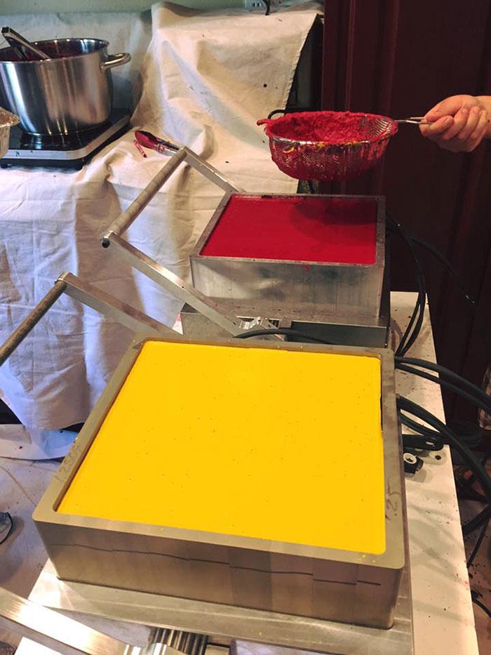 la excelente y solidaria idea de un hombre para reciclar los lapices de colores 4