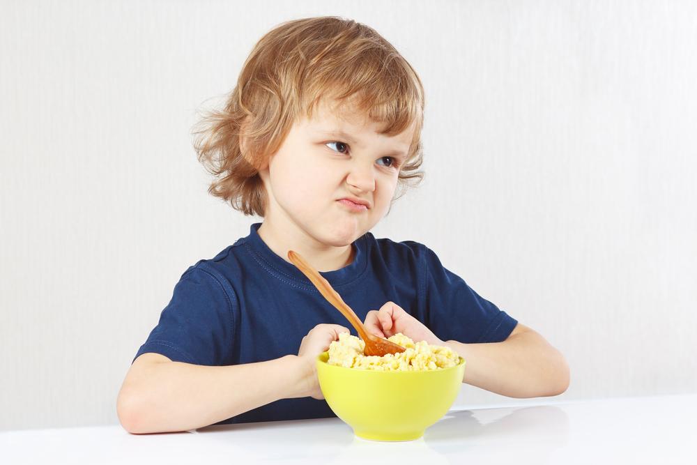 niño enfado comida