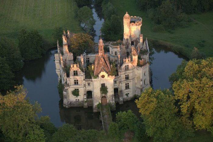 un castillo que parece sacado de una pelicula de disney 3