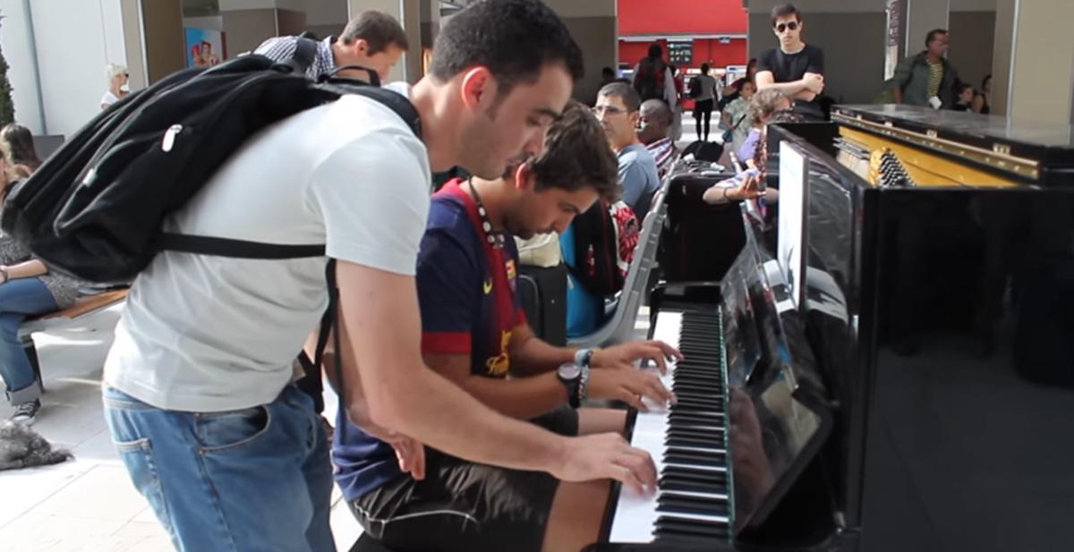 2 personas con talento musical al piano
