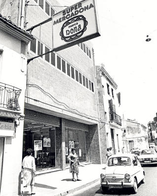 Primer Mercadona abierto por la cadena de Juan Roig, ubicado en Tavernes Blanques y abierto en 1977.