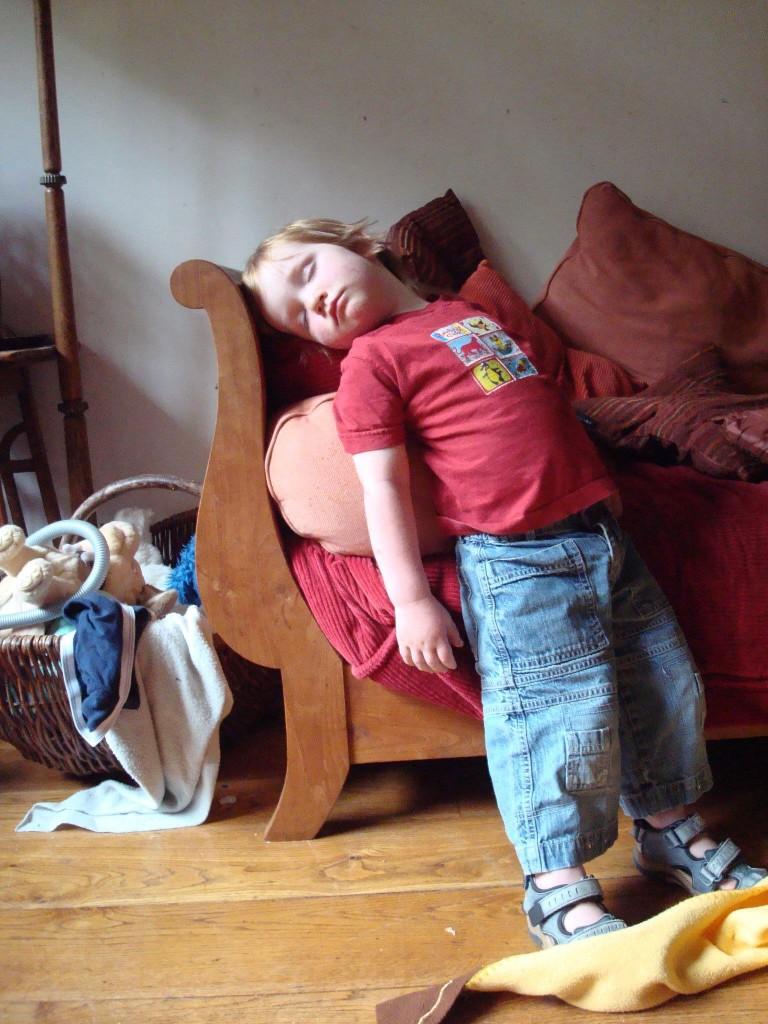 ninos-dormidos-en-cualquier-lugar7