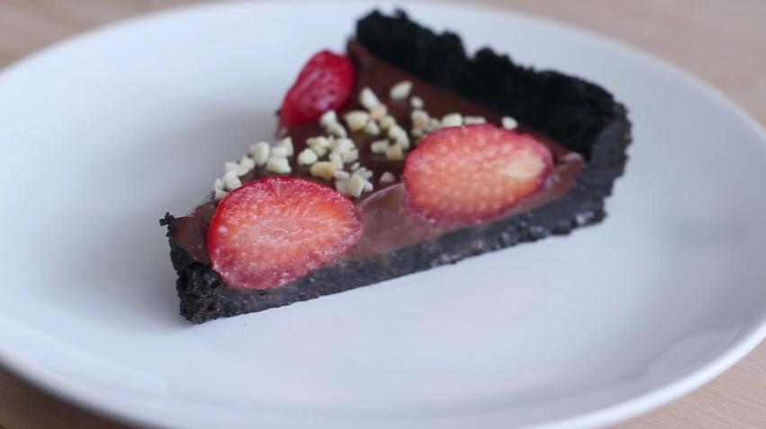 tarta de cholota con fresas y galletas oreo 1