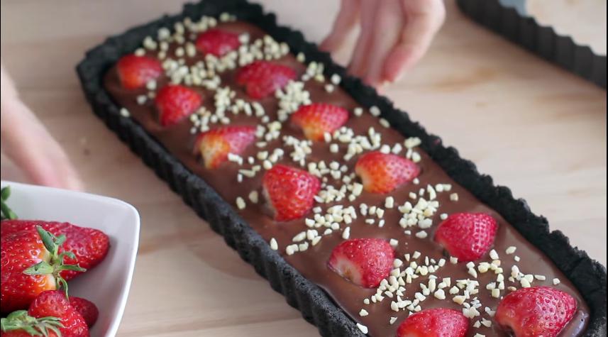 tarta de cholota con fresas y galletas oreo 8