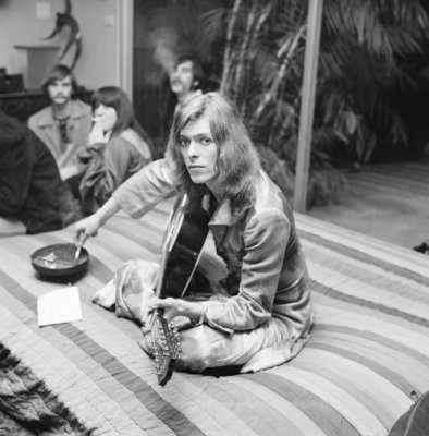 LOS ANGELES - JANUARY 1971: A pre-glam David Bowie jams at a party thrown by publicist and future nightclub impresario and DJ Rodney Bingenheimer at lawyer Paul Figen's house in January 1971, in Los Angeles, California. (Photo by Earl Leaf/Michael Ochs Archives/Getty Images)