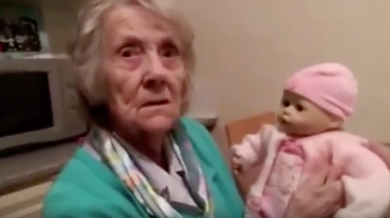 doll-therapy-terapia-ancianos-munecos-bebes