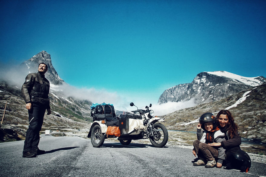 viaje de 28000 km a traves de europa con su hija y su mujer 11