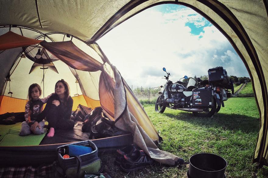 viaje de 28000 km a traves de europa con su hija y su mujer 12