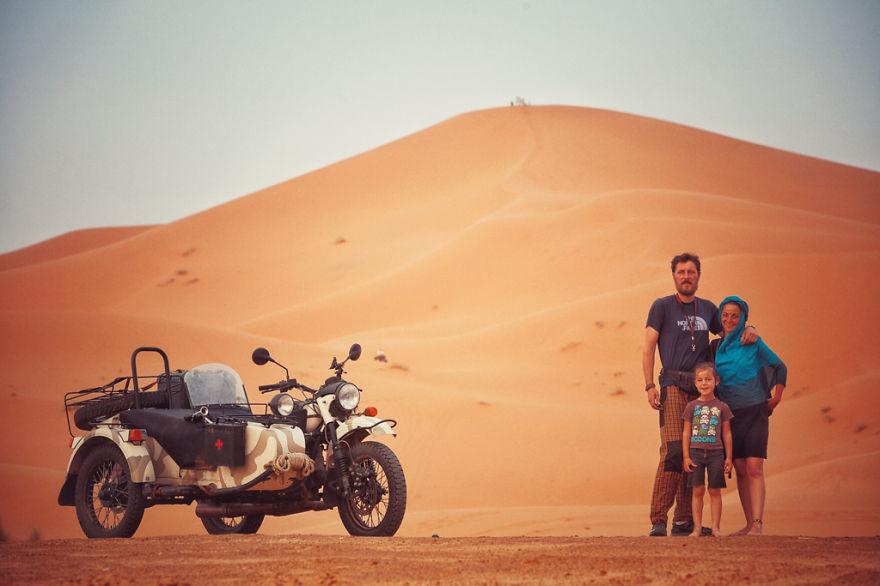 viaje de 28000 km a traves de europa con su hija y su mujer 25