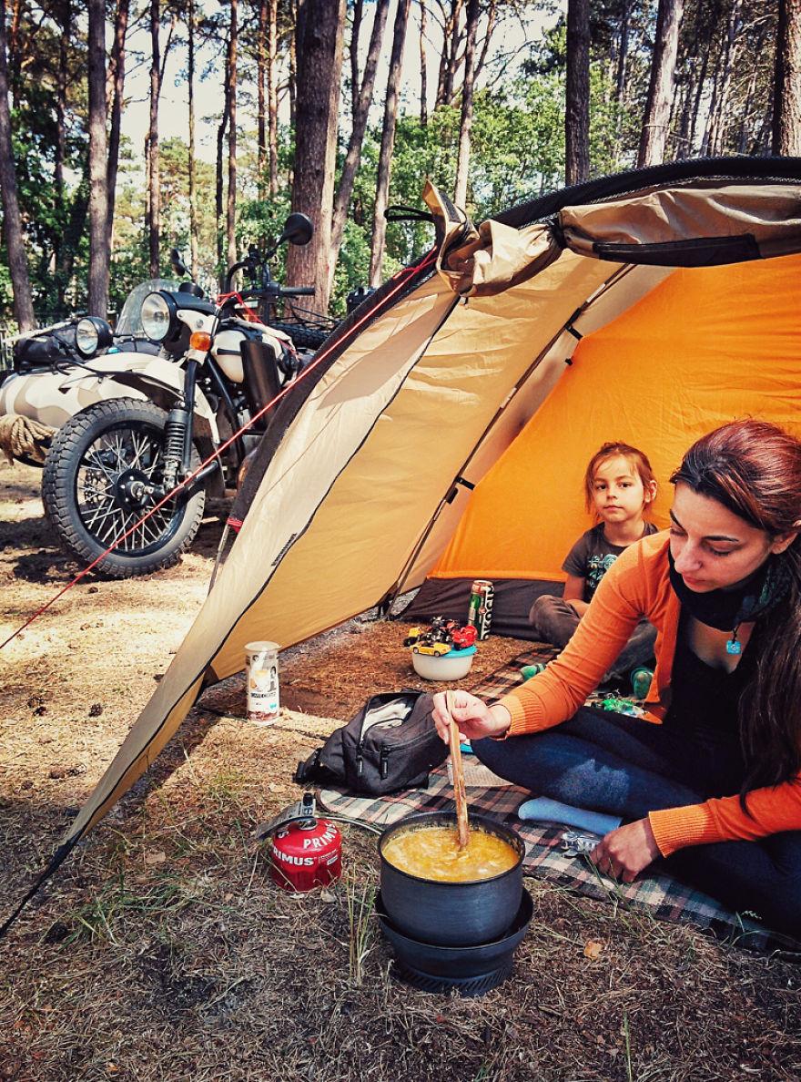 viaje de 28000 km a traves de europa con su hija y su mujer 3