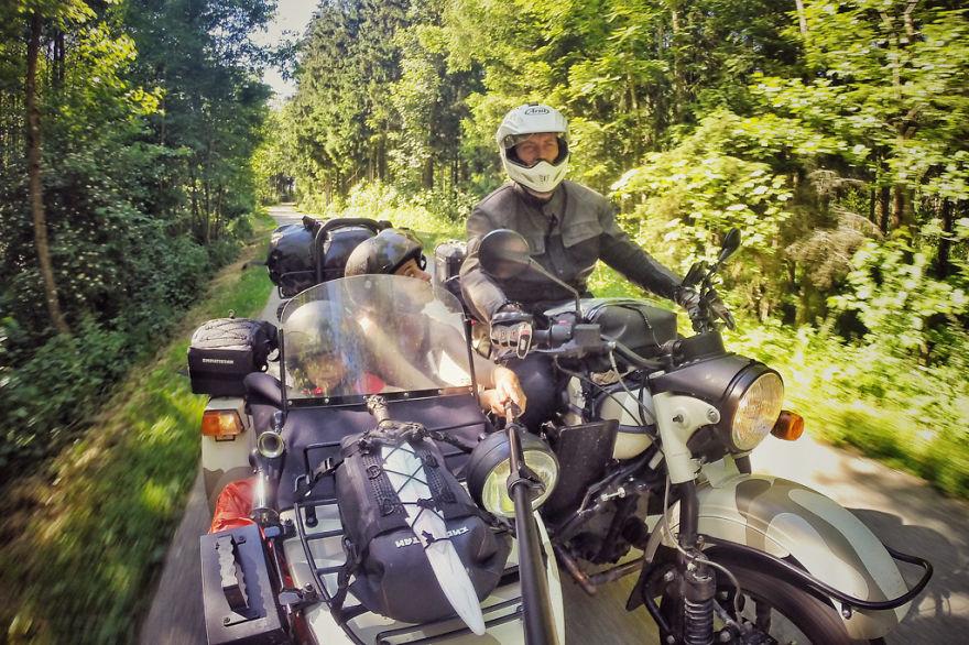 viaje de 28000 km a traves de europa con su hija y su mujer 8