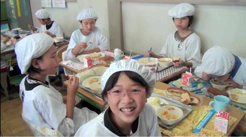 en los colegios japoneses la hora de la comida es muy diferente a los occidentales 1