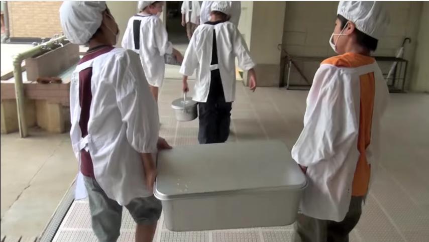 en los colegios japoneses la hora de la comida es muy diferente a los occidentales 11