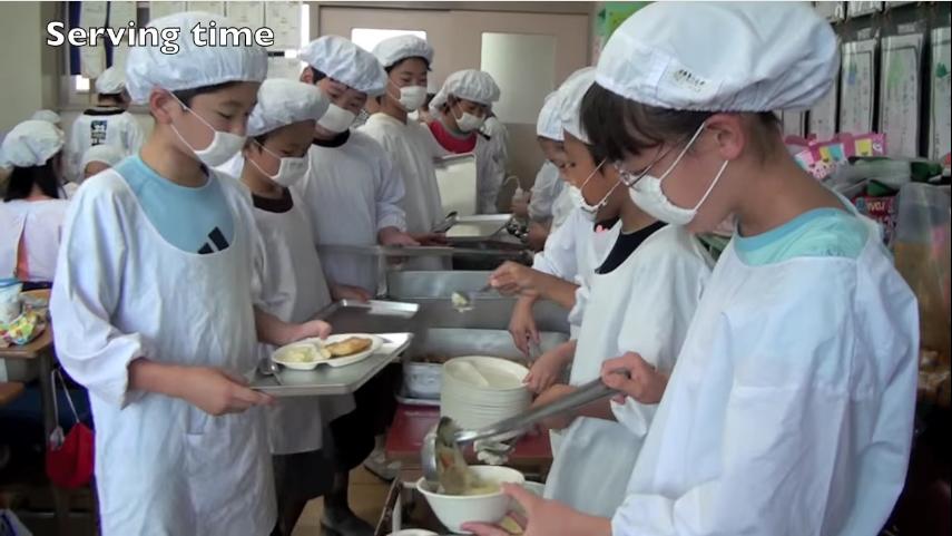 en los colegios japoneses la hora de la comida es muy diferente a los occidentales 12