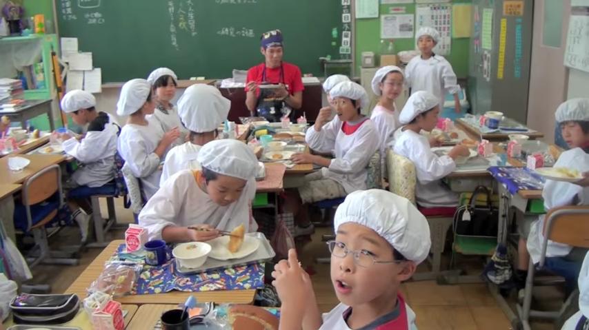 en los colegios japoneses la hora de la comida es muy diferente a los occidentales 14
