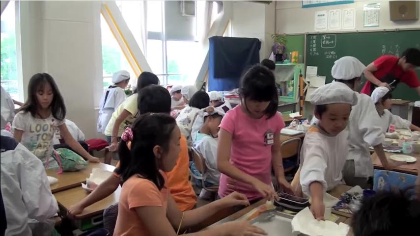 en los colegios japoneses la hora de la comida es muy diferente a los occidentales 15