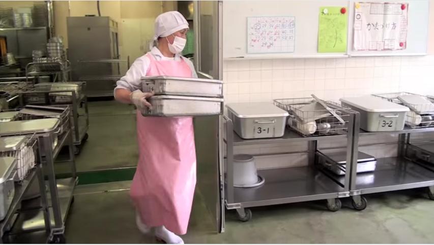 en los colegios japoneses la hora de la comida es muy diferente a los occidentales 4