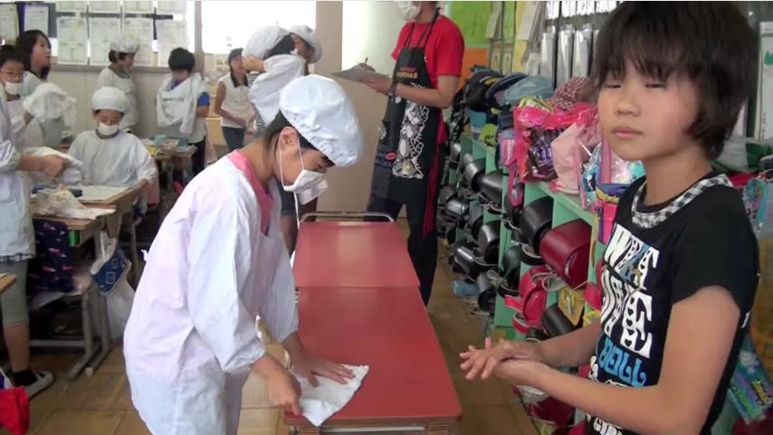 en los colegios japoneses la hora de la comida es muy diferente a los occidentales 8