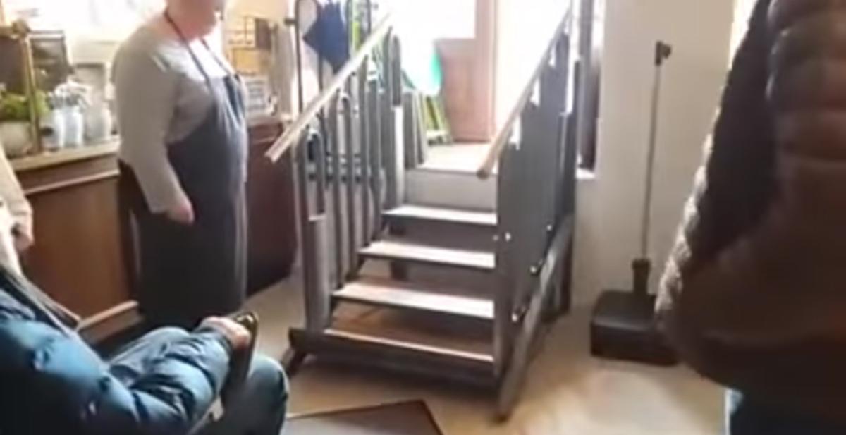 escaleras que se transforman para facilitar el acceso a discapacitados motores