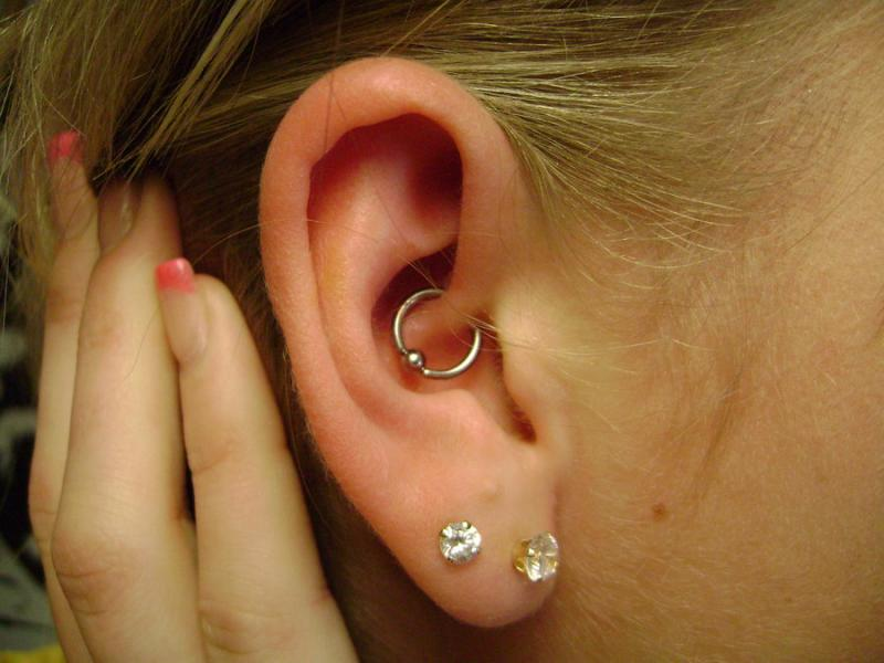 724e0272cc7a Tienes migrañas  Un simple piercing puede ser la solución - La voz ...