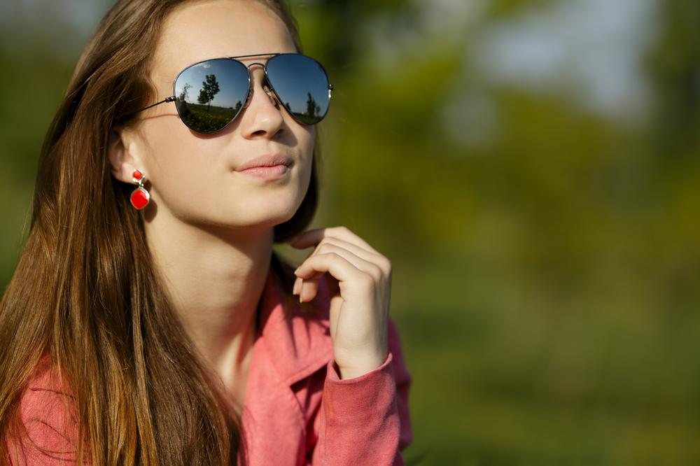 Lleva gafas de sol, pero seguro que puedes decir si está mirando a cámara o no. ¿Qué te dice tu invito?