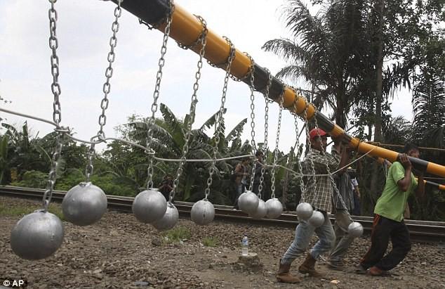 solucion drastica para evitar polizones en los trenes en indonesia 1