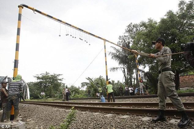 solucion drastica para evitar polizones en los trenes en indonesia 2