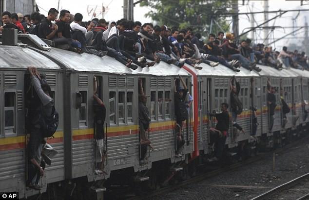 solucion drastica para evitar polizones en los trenes en indonesia 3