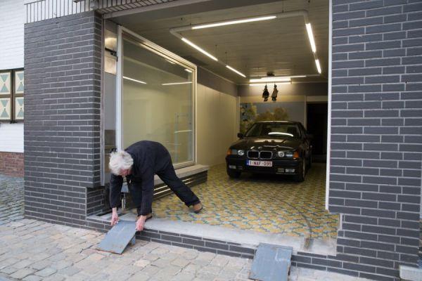 No le dejaban poner una puerta de garaje pero se las ingenió para burlar la ley 5