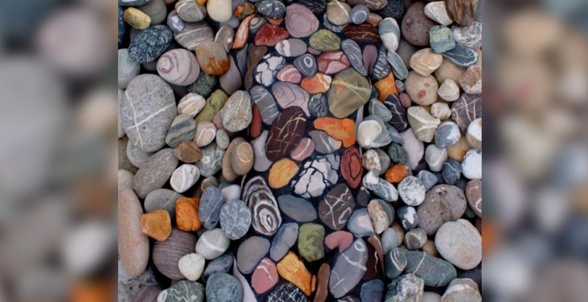 bodypaintig chica entre las piedras