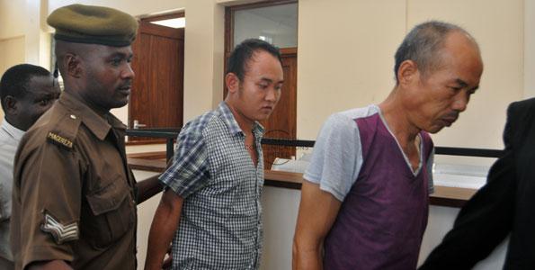 Xu Fujie -izquierda- y Huang Gin -derecha- condenados a 30 años de prisión por el asesinato de al menos 226 elefantes en Tanzania.