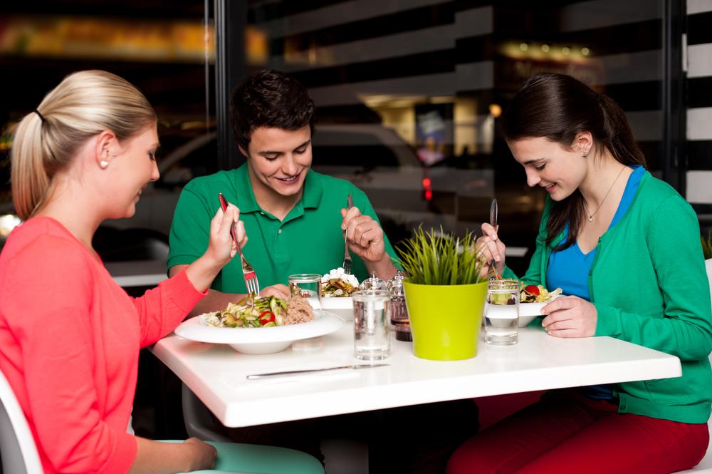 cena restaurante de 3 amigos