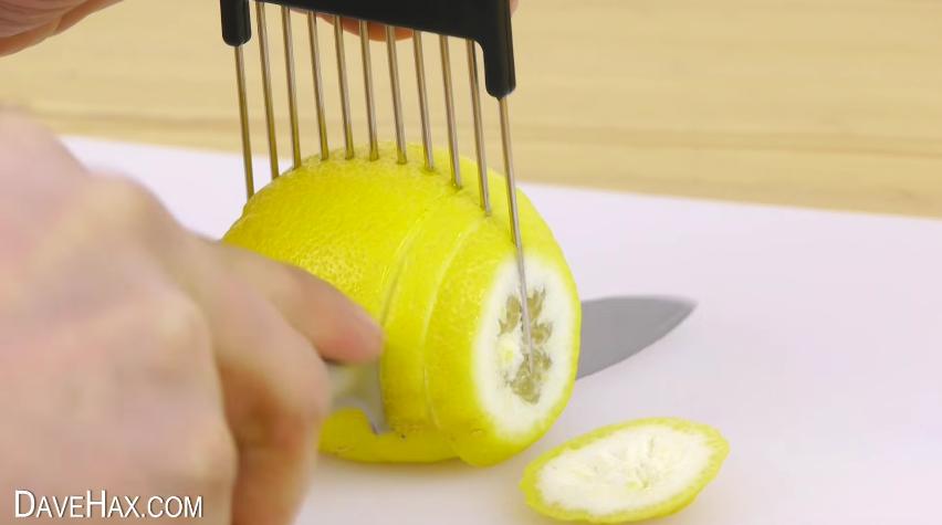 como un peine puede facilitarte a la hora de cortar cebolla o cualquier verdura o fruta 16