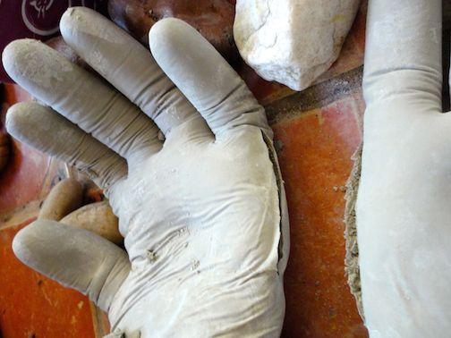 rellena un guante de látex con cemento. el resultado es extraño