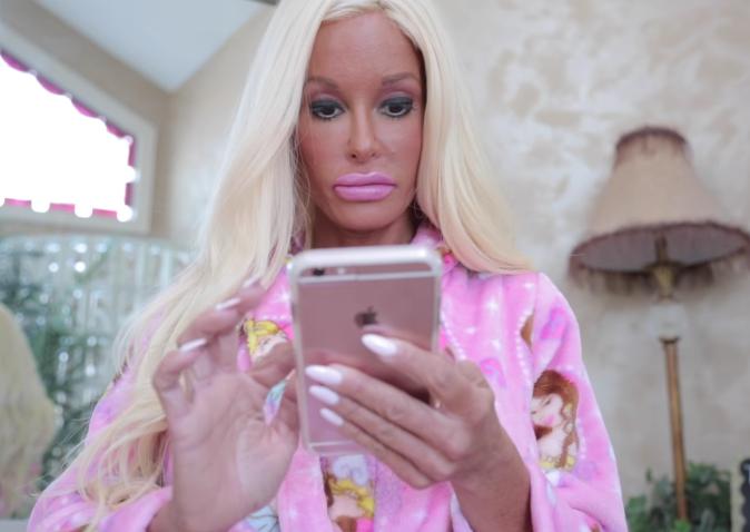 mujer lleva gastados medio milon para parecerse a la muñeca barbie 3